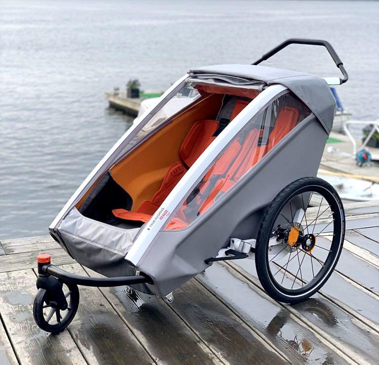 sykkeltilhenger og sykkelvogn for to barn med praktisk trillehjul